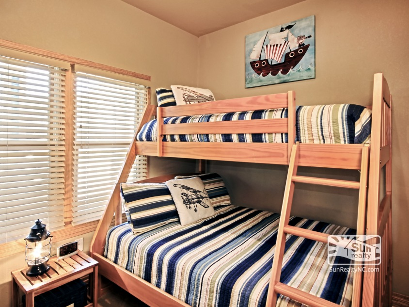 Ground-Level Pyramid Bunk Bedroom