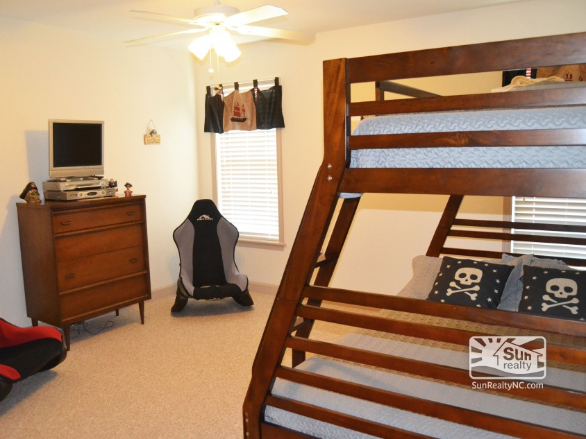 Mid-Level Pyramid Bunk Bedroom